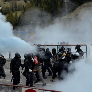 YOUTUBE Brennero, scontri anarchici-polizia: agente ferito