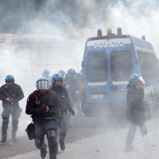 YOUTUBE Brennero, scontri anarchici-polizia: agente ferito 17