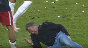YOUTUBE Lipsia festeggia promozione, ma allenatore cade e...