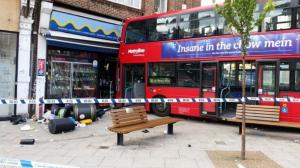 YOUTUBE Londra, bus sfonda la vetrina di un negozio FOTO