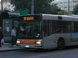 Bottiglia acido muriatico scoppia su bus: 4 feriti
