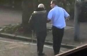 Guarda la versione ingrandita di VIDEO Glasgow: ferma bus, scende e aiuta anziano su strisce