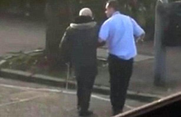 Glasgow: ferma bus, scende e aiuta anziano su strisce2