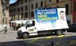 Bus Salvini sul posto auto per disabili. Ma la Lega…FOTO