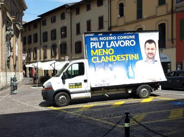 Bus Salvini sul posto auto per disabili. Ma la Lega...FOTO