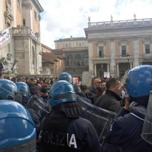 Roma: polizia carica con idranti manifestanti per la casa