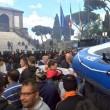 Roma: polizia carica con idranti manifestanti per la casa34