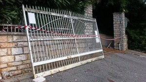 Cancello esce dai binari: bimba di 4 anni muore schiacciata