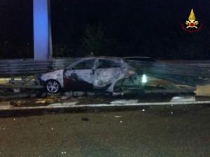 Auto a folle velocità contro guard rail: muore a 25 anni