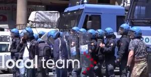 YOUTUBE Corteo Casapound: assaltato bus, finestrini rotti