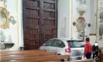 Auto parcheggiata in cattedrale Caltanissetta. FOTO virale