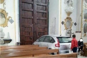 Auto nella cattedrale di Caltanissetta