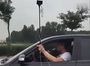 YOUTUBE Guida auto con flebo attaccata al braccio