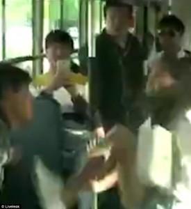 Cina, borseggiatore picchiato sul bus2
