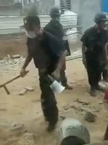 YOUTUBE Cina, operai manganellano abitanti case abusive