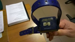 Ex soldatessa tortura bimbo: collare elettrico e sevizie