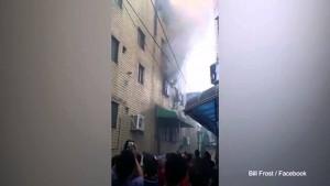 VIDEO Palazzo in fiamme, mamma getta da finestra figli2