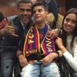 Dani Alves prende in braccio tifoso disabile1