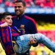 Dani Alves prende in braccio tifoso disabile