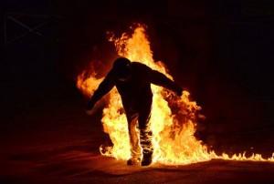 Milano: suicidio choc, si dà fuoco in strada