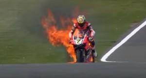Superbike: la moto di Davies va a fuoco