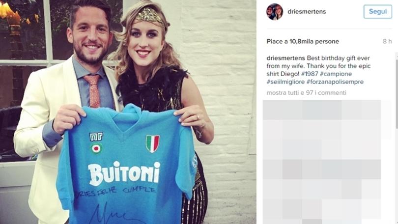Napoli, Dries Mertens con maglia Maradona autografata FOTO