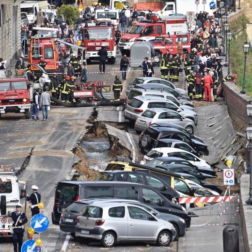 Firenze, voragine Lungarno colpa di un tubo del 1966...
