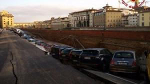 Firenze, voragine su Lungarno: 20 auto inghiottite FOTO