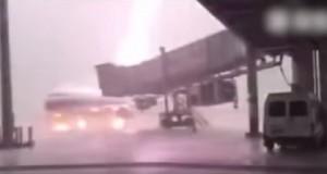 YOUTUBE Cina: fulmine colpisce aereo fermo in aeroporto