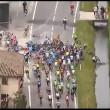 Giro d'Italia 2016: mega caduta, ciclisti nell'acqua