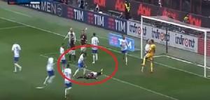 Guarda la versione ingrandita di Mirko Gori esulta in faccia a Balotelli per rigore sbagliato (foto da video)