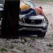 VIDEO YOUTUBE Russia, grandina: donna protegge auto così...2