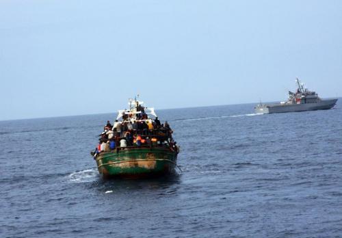 Migranti, flotta schierata a fermarli ma non lo fa, perché?