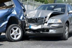 Perde il controllo della sua auto e ne centra altre quattro