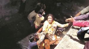 India, parlamentare cade in una fogna durante intervista