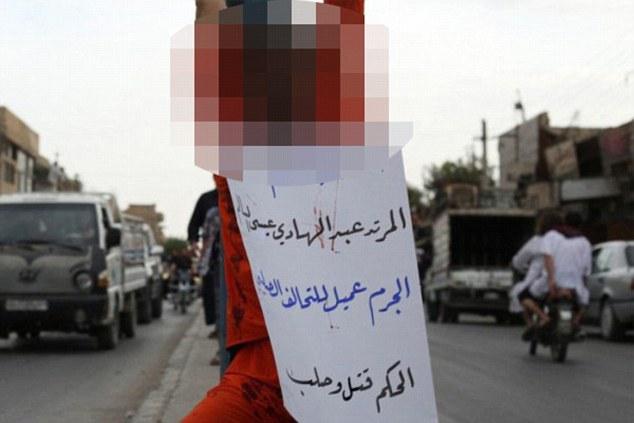 Isis, condannati accoltellati al cuore in piazza: foto choc 5