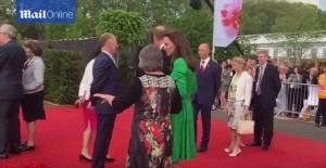 Guarda la versione ingrandita di Kate Middleton alla mostra di fiori: uno si chiama Charlotte