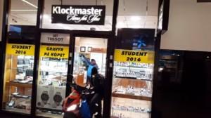 YOUTUBE Con moto al centro commerciale: la rapina è comica