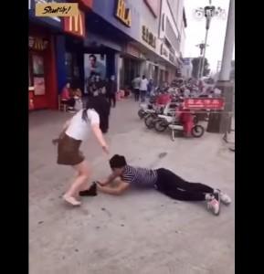Guarda la versione ingrandita di VIDEO YOUTUBE Fidanzata lo lascia: lui reagisce così…