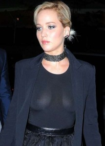 Jennifer Lawrence, la maglietta è trasparente: si vede tutto
