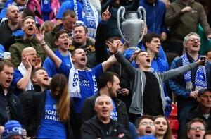 Tifosi del Leicester esultano dopo il pari a Manchester