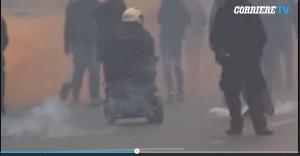 Pasquale Valitutti, black bloc sulla sedia a rotelle VIDEO