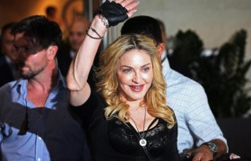 YOUTUBE Madonna e quel gesto nel backstage…