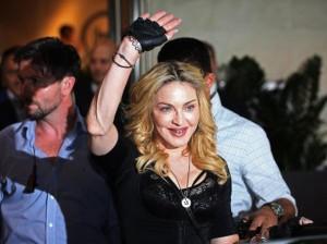 YOUTUBE Madonna e quel gesto nel backstage…