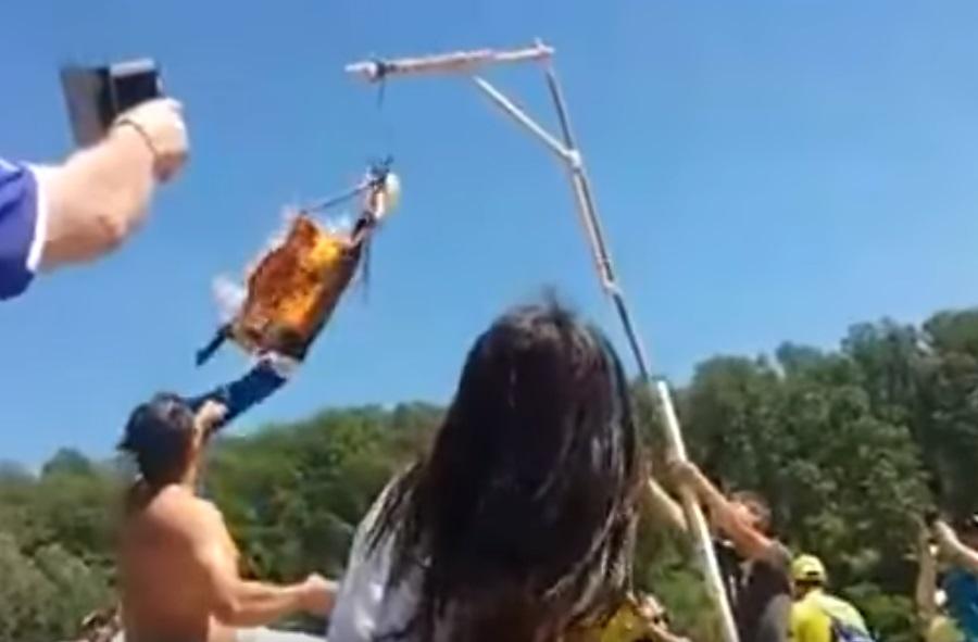 YOUTUBE Marc Marquez, manichino impiccato e bruciato Mugello 4