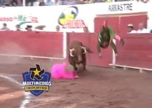 YOUTUBE Toro incorna matador e lo lancia in aria