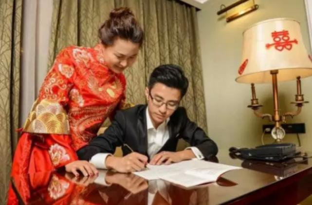 """Cina, coppia passa prima notte di nozze...""""col Partito"""" FOTO"""