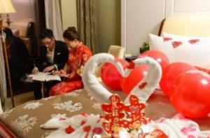 """Guarda la versione ingrandita di Cina, coppia passa prima notte di nozze…""""col Partito"""" FOTO"""