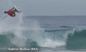 """Surf, capriola """"perfect 10"""" con la tavola di Medina"""