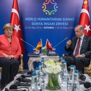 "Turchia, Merkel: ""Erdogan rispetti democrazia o no visti"""